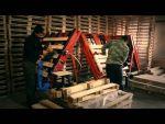 Чоловіки на складання дерев'яних піддонів.