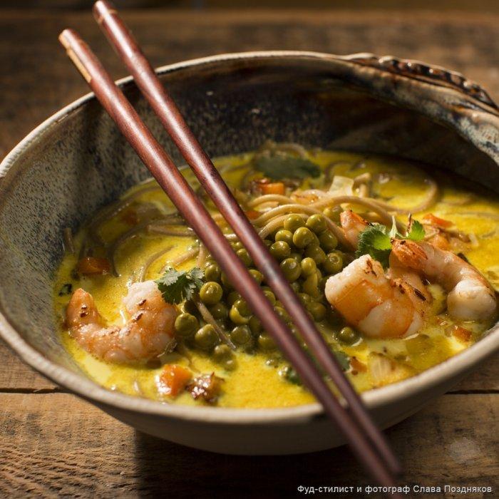 Суп каррі з гречаною локшиною, зеленим горошком і креветками