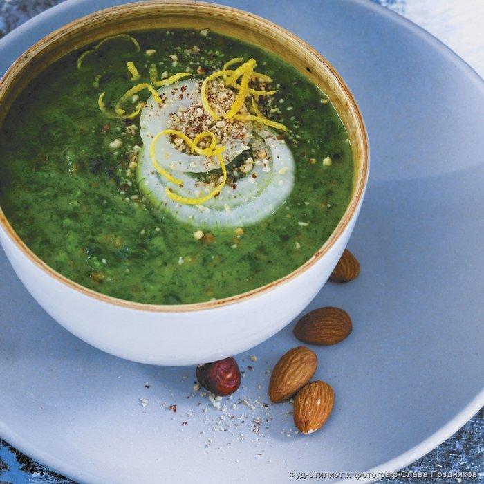 Крем-суп зі шпинату з мигдалем, мускатним горіхом і лимонною цедрою
