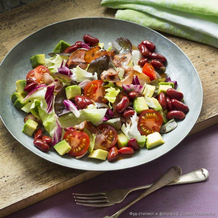 Салат с авокадо фасолью и помидорами