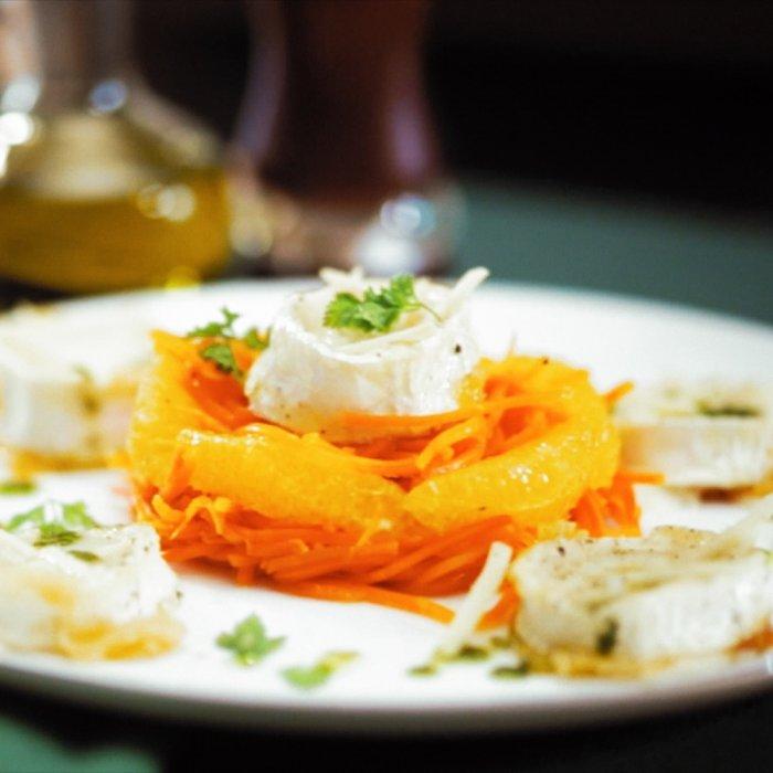 Теплий салат з моркви з обсмаженою козячим сиром і апельсинами