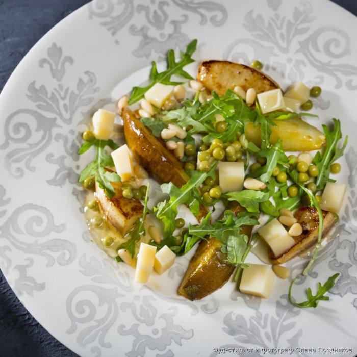 Легкий салат з горошком, грушею та сиром