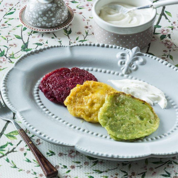 Оладки-«світлофор» (бурякові, кукурудзяні, з шпинату або зеленого горошку) зі сметаною