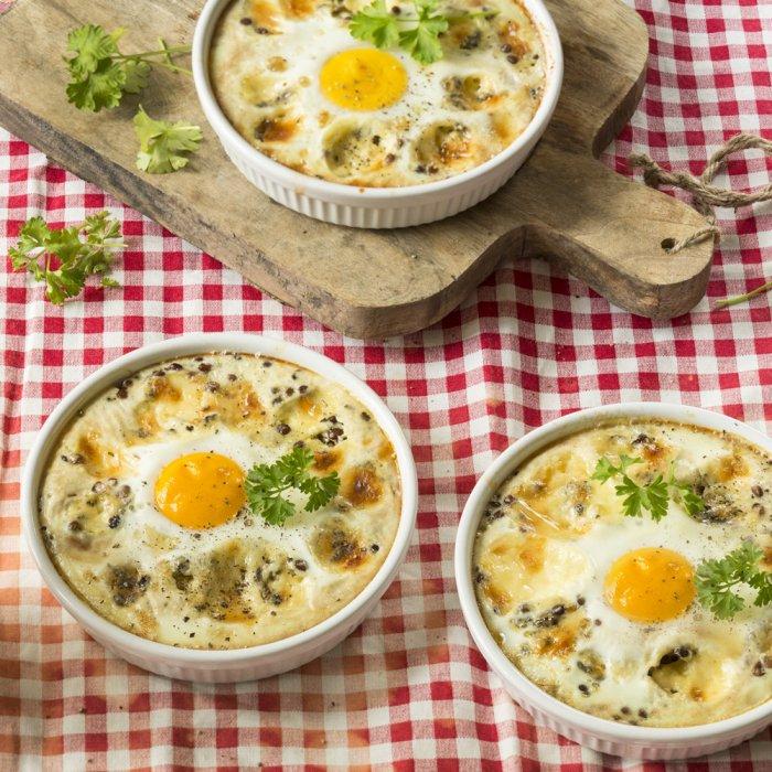 Печені яйця з сочевицею і сиром дорблю