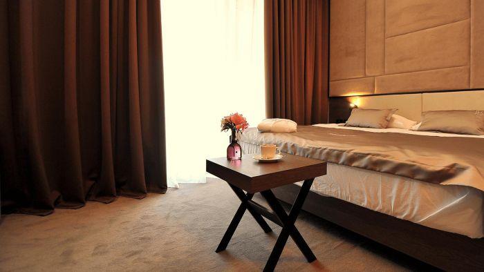 Новий готель в Аркадії з электрозаправками - Bossfor - фото