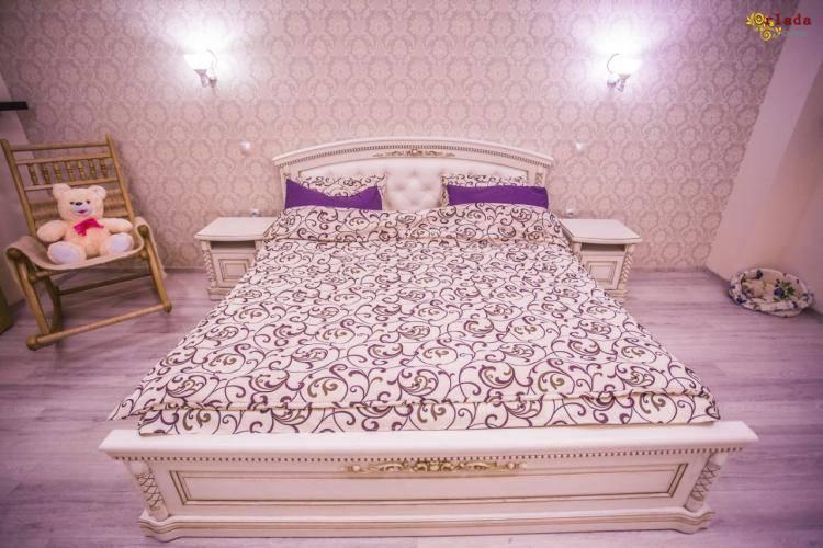 Спальни, кровати из натурального дерева - фото
